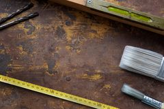 Εργαλεία στην κατασκευασμένη επιφάνεια Στοκ Εικόνες