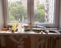 Εργαλεία στο windowsill στοκ εικόνες με δικαίωμα ελεύθερης χρήσης