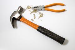 Εργαλεία, σφυρί, χρυσά καρφιά και επίπεδη μύτη πιό plier Στοκ φωτογραφία με δικαίωμα ελεύθερης χρήσης