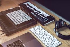 Εργαλεία του DJ για την ηλεκτρονική μουσική σε έναν ξύλινο πίνακα στοκ φωτογραφία με δικαίωμα ελεύθερης χρήσης