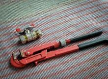 Εργαλεία υδραυλικών, γαλλικό κλειδί σωλήνων και στρόφιγγα στοκ εικόνα