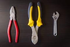 Εργαλεία υλικού στο μαύρο ξύλινο υπόβαθρο στοκ εικόνα με δικαίωμα ελεύθερης χρήσης
