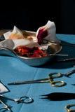 Εργαλεία χειρουργικών επεμβάσεων με το αίμα Στοκ εικόνα με δικαίωμα ελεύθερης χρήσης