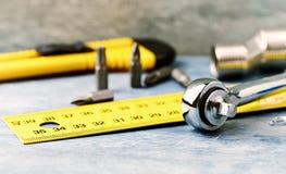 Εργαλεία χεριών σε ένα ξύλινο υπόβαθρο στοκ φωτογραφία με δικαίωμα ελεύθερης χρήσης