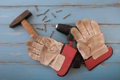 Εργαλεία Handyman στους μπλε χρωματισμένους πίνακες Στοκ Εικόνες