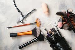 Εργαλεία Makeup για τις επαγγελματικές βούρτσες Makeup καλλιτεχνών makeup Airbrush και βάζο του χρώματος Εργαλεία και εξάρτημα Ma στοκ φωτογραφίες με δικαίωμα ελεύθερης χρήσης