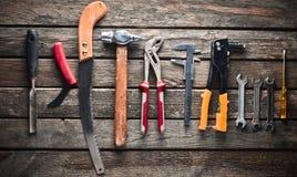 Εργαλείο εργασίας σε έναν ξύλινο πίνακα Πριόνι, σφυρί, κατσαβίδια, πένσες, δεκάρες, μαχαίρι, τοπ άποψη στοκ φωτογραφία με δικαίωμα ελεύθερης χρήσης