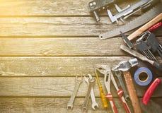 Εργαλείο εργασίας σε έναν ξύλινο πίνακα Πριόνι, σφυρί, κατσαβίδια, πένσες, δεκάρες, μαχαίρι, τοπ άποψη, διάστημα αντιγράφων στοκ φωτογραφία με δικαίωμα ελεύθερης χρήσης