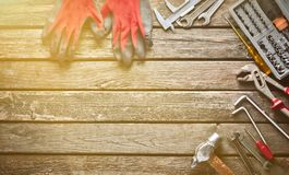 Εργαλείο εργασίας σε έναν ξύλινο πίνακα Πριόνι, σφυρί, κατσαβίδια, πένσες, δεκάρες, μαχαίρι, τοπ άποψη, διάστημα αντιγράφων στοκ φωτογραφίες