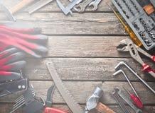 Εργαλείο εργασίας σε έναν ξύλινο πίνακα Πριόνι, σφυρί, κατσαβίδια, πένσες, δεκάρες, μαχαίρι, τοπ άποψη, διάστημα αντιγράφων στοκ φωτογραφίες με δικαίωμα ελεύθερης χρήσης