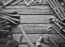 Εργαλείο εργασίας σε έναν ξύλινο πίνακα Πριόνι, σφυρί, κατσαβίδια, πένσες, δεκάρες, μαχαίρι, τοπ άποψη, διάστημα αντιγράφων στοκ εικόνες με δικαίωμα ελεύθερης χρήσης