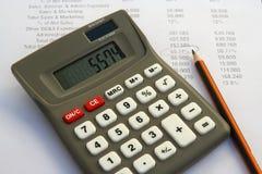 Εργαλείο υπολογιστών και οικονομική έκθεση στοκ εικόνες με δικαίωμα ελεύθερης χρήσης