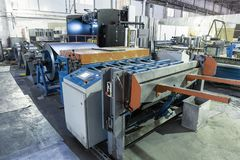 Εργαλειομηχανή με το φύλλο μέταλλο-ρόλων για το σιδηρουργείο στο εργοστάσιο για τους σωλήνες χάλυβα παραγωγής και τους σωλήνες γι Στοκ Φωτογραφίες