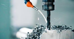 Εργαλειομηχανή στο εργοστάσιο μετάλλων με τη διάτρυση cnc των μηχανών στοκ φωτογραφία με δικαίωμα ελεύθερης χρήσης