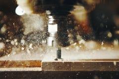 Εργαλειομηχανή στο ξύλινο εργοστάσιο με τη διάτρυση cnc των μηχανών Αριθμητικός έλεγχος υπολογιστών στοκ φωτογραφίες