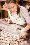 Εργασία αγγειοπλαστών γυναικών Στοκ Φωτογραφίες