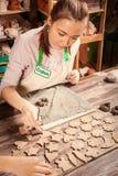 Εργασία αγγειοπλαστών γυναικών Στοκ φωτογραφία με δικαίωμα ελεύθερης χρήσης