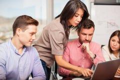 Εργασία αναθεώρησης σε ένα γραφείο στοκ φωτογραφία με δικαίωμα ελεύθερης χρήσης