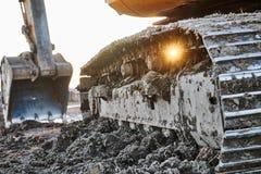 Εργασία ανασκαφής Εκσκαφέας στο εργοτάξιο οικοδομής με το ηλιοβασίλεμα Στοκ φωτογραφία με δικαίωμα ελεύθερης χρήσης