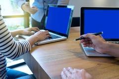 εργασία ανδρών και γυναικών επιχειρησιακών ομάδων με το lap-top στον ξύλινο πίνακα Στοκ εικόνες με δικαίωμα ελεύθερης χρήσης