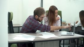 Εργασία ανδρών και γυναικών στο άνετο σύγχρονο γραφείο με το lap-top Διαδικασία εργασίας φιλμ μικρού μήκους