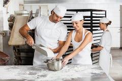 Εργασία αρσενικού και θηλυκού Baker μαζί στο αρτοποιείο στοκ φωτογραφίες με δικαίωμα ελεύθερης χρήσης