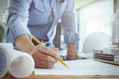 Εργασία αρχιτεκτόνων ή μηχανικών στην αρχή, έννοια κατασκευής Στοκ Εικόνα