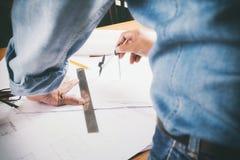 Εργασία αρχιτεκτόνων ή μηχανικών στην αρχή, έννοια κατασκευής Στοκ φωτογραφίες με δικαίωμα ελεύθερης χρήσης