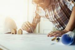 Εργασία αρχιτεκτόνων ή μηχανικών στην αρχή, έννοια κατασκευής Στοκ Εικόνες