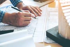 Εργασία αρχιτεκτόνων ή μηχανικών στην αρχή στο σχεδιάγραμμα αρχιτέκτονες Στοκ φωτογραφία με δικαίωμα ελεύθερης χρήσης