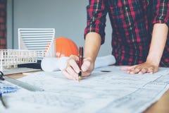 Εργασία αρχιτεκτόνων ή μηχανικών στην αρχή στο σχεδιάγραμμα αρχιτέκτονες Στοκ εικόνες με δικαίωμα ελεύθερης χρήσης