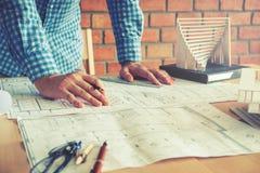 Εργασία αρχιτεκτόνων ή μηχανικών στην αρχή στο σχεδιάγραμμα αρχιτέκτονες Στοκ Εικόνα