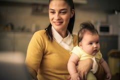εργασία βασικών μητέρων γυναίκα 2 επιχειρήσεων στοκ φωτογραφίες