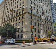 Εργασία γερανών πόλεων της Νέας Υόρκης, ανώτερη ανατολική πλευρά, 5η λεωφόρος, NYC, Νέα Υόρκη, ΗΠΑ Στοκ Εικόνες