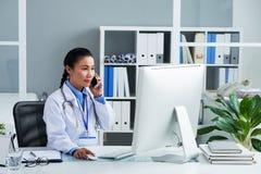 Εργασία γιατρών στην αρχή στοκ εικόνες