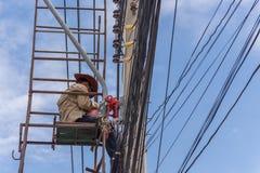 Εργασία για να εγκαταστήσει την ηλεκτρική γραμμή Στοκ φωτογραφία με δικαίωμα ελεύθερης χρήσης