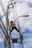 Εργασία για να εγκαταστήσει την ηλεκτρική γραμμή Στοκ εικόνες με δικαίωμα ελεύθερης χρήσης