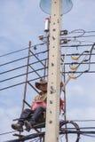 Εργασία για να εγκαταστήσει την ηλεκτρική γραμμή Στοκ Εικόνες