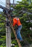 Εργασία για να εγκαταστήσει την ηλεκτρική γραμμή Στοκ Φωτογραφία