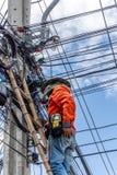 Εργασία για να εγκαταστήσει την ηλεκτρική γραμμή Στοκ φωτογραφίες με δικαίωμα ελεύθερης χρήσης