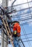Εργασία για να εγκαταστήσει την ηλεκτρική γραμμή Στοκ εικόνα με δικαίωμα ελεύθερης χρήσης