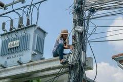Εργασία για να εγκαταστήσει το σύστημα CCTV στοκ εικόνες με δικαίωμα ελεύθερης χρήσης