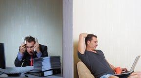 Εργασία γραφείων εναντίον ανεξάρτητου, έννοια Στοκ Εικόνα