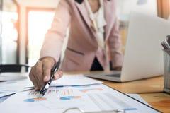 εργασία γραφείων σημειωματάριων εστίασης επιχειρηματιών Στοκ Φωτογραφίες