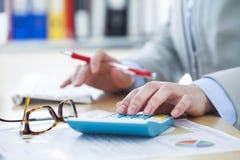 εργασία γραφείων σημειωματάριων εστίασης επιχειρηματιών στοκ εικόνα με δικαίωμα ελεύθερης χρήσης