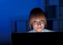 Εργασία γραφείων τη νύχτα Στοκ Φωτογραφία