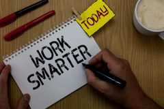 Εργασία γραψίματος κειμένων γραφής εξυπνώτερη Η έννοια που σημαίνει την αποδοτικότητα είναι έξυπνη στην εργασία σας κάνει την επι στοκ εικόνες με δικαίωμα ελεύθερης χρήσης
