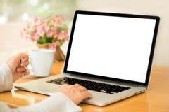 Εργασία γυναικών από το σπίτι στο lap-top με τον καφέ Στοκ φωτογραφία με δικαίωμα ελεύθερης χρήσης
