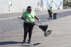 Εργασία γυναικών για το νησί κουνελιών για να κρατήσει τις οδούς καθαρές Στοκ φωτογραφίες με δικαίωμα ελεύθερης χρήσης