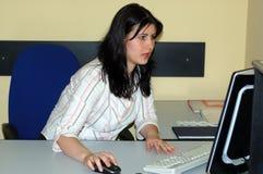 εργασία γυναικών γραφεί&omega Στοκ φωτογραφία με δικαίωμα ελεύθερης χρήσης